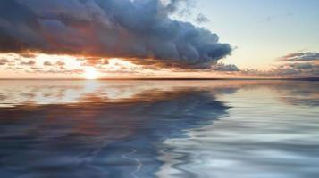 havslandskap med dramatisk solnedgång foto