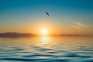 marinmålning med utsikt över solnedgången över Stilla havet. foto
