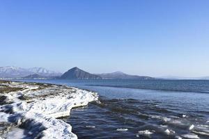 marint vinterlandskap i bukten Nakhodka, Primorsky foto