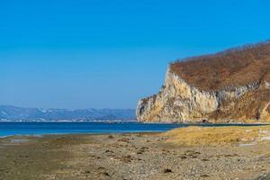 marinmålning med utsikt över klipporna och kusten foto