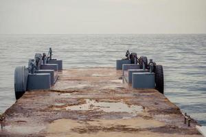 marinmålning med en pir på bakgrunden av vattnet foto