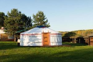 buryat yurts på bakgrunden av ett naturligt landskap. foto