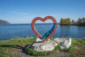skulptur av ett hjärta vid stranden av Bajkalsjön. foto