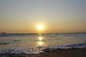 marinmålning med utsikt över solnedgången. foto
