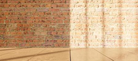 träbord med suddig tegelvägg med fönsterbelysning foto