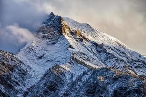nysnö på en bergstopp i de kanadensiska klipporna, British Columbia foto