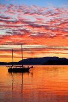 segelbåt vid solnedgången på västkusten i British Columbia foto