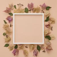 ovanifrån av färgglada höstlöv med ram foto