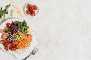 ovanifrån tallrik med hälsosam mat foto