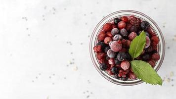 ovanifrån smoothie med frusen frukt foto