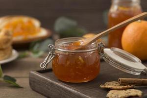 ekologisk hemlagad marmelad med sked foto
