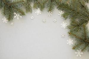 tallnålar och snöflingor bakgrund foto