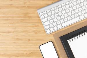 ovanifrån skrivbordsarrangemang med kopieringsutrymme foto