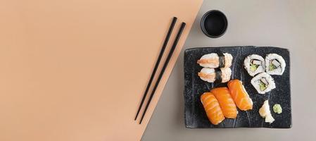 ovanifrån utsökt sushi med kopieringsutrymme foto