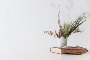 koranbok med blommor och vas foto
