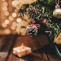 litet dekorerat gran på trä skrivbord foto