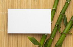 modernt kopia utrymme vitt visitkort på bambu foto