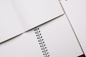 öppnade anteckningsböcker med vita sidor foto