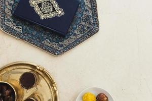 ramadankoncept med koran och copyspace foto