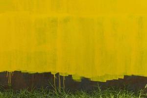 rostig metallisk väggbakgrund med gul gammal färg foto