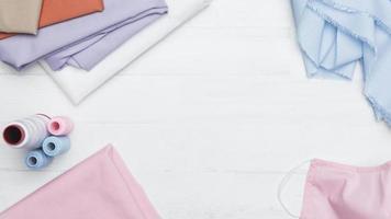 sömnadssats med rosa tyg och mask med kopieringsutrymme foto