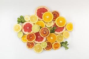 skivor med citrusfrukthög foto