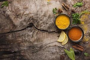 kryddor och citronskivor platt låg foto