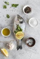 hel färsk fisk för matlagning foto