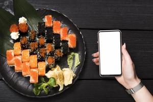 sushi maträtt på asiatisk restaurang med smartphone mockup foto