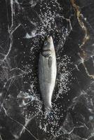 fisk på marmor disk foto