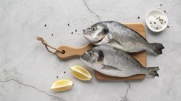 två fiskar på skärbräda foto