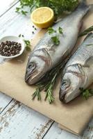 två rå fisk på skärbräda foto