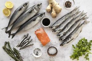 färsk hel fisk med ingredienser foto