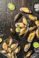 rå ostron och havsmusslor foto