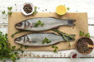 hel fisk kryddad med citron och herbvs foto