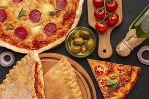 tunn skorpa pizza på svart bakgrund foto