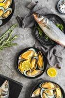 skaldjur platt låg med citron foto