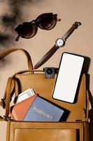 närbild ryggsäck med pass foto