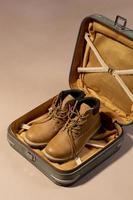 öppnat bagage med skor för semester foto