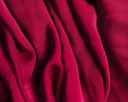 textur vinrött rött skrynkligt tyg. vackert fotokoncept med hög kvalitet och upplösning foto