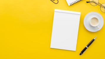 ovanifrån tom anteckningsbok på gul bakgrund foto