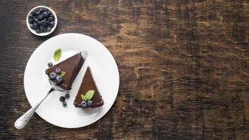 ovanifrån chokladkakaskivor på tallrik med kopieringsutrymme foto