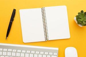ovanifrån skrivbordskoncept med anteckningsbok foto