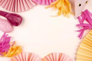 rosa och gula festdekorationer foto