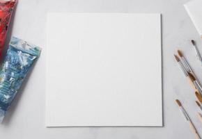 vitt papper med penslar foto