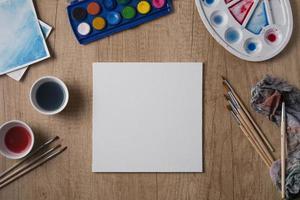 vit sida på ett konstnärsskrivbord foto