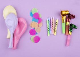 födelsedagsdekorationer på lila bakgrund foto