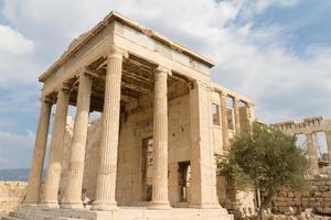 tempel och olivträd i Akropolis i Aten, Grekland foto