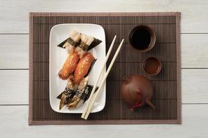 sashimi och sushi på bambu matta foto