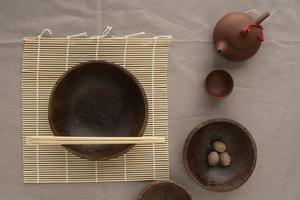 tekanna och japansk bordsgods foto